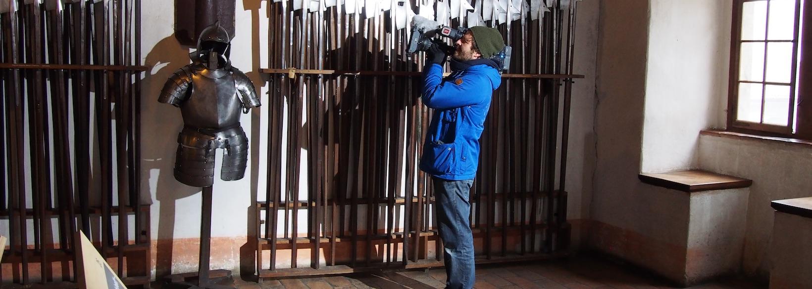 Kameramann filmt Rüstkammer