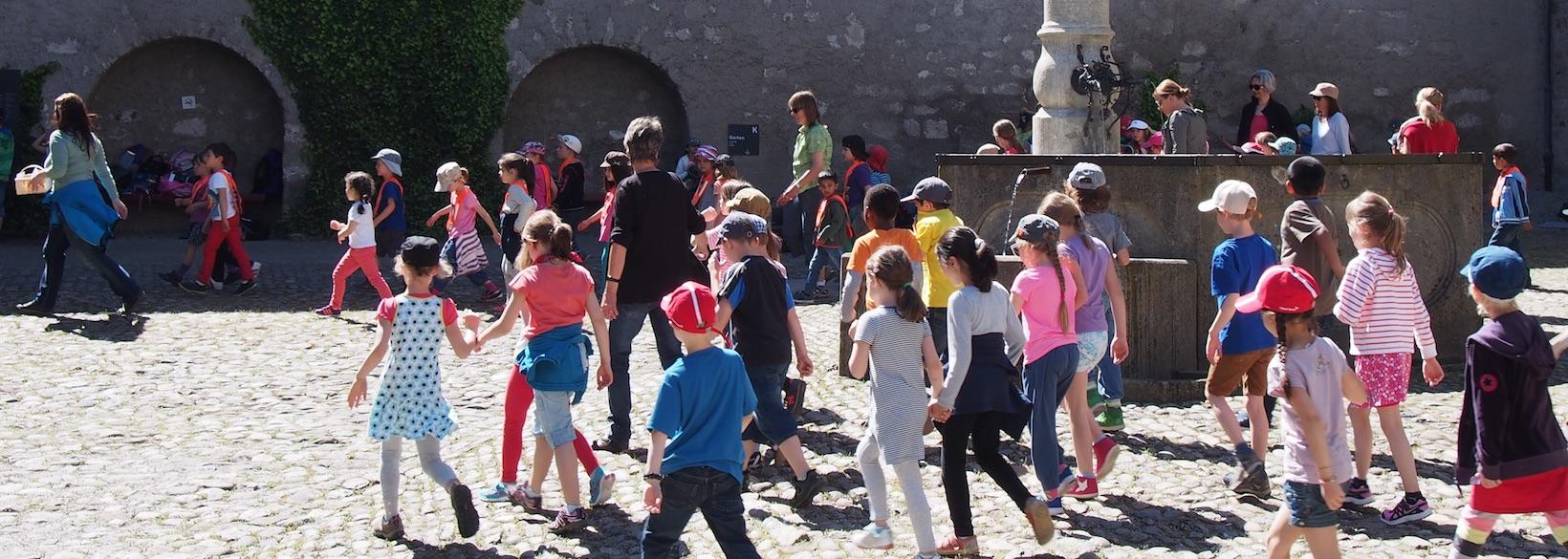 Schulkinder im Schlosshof