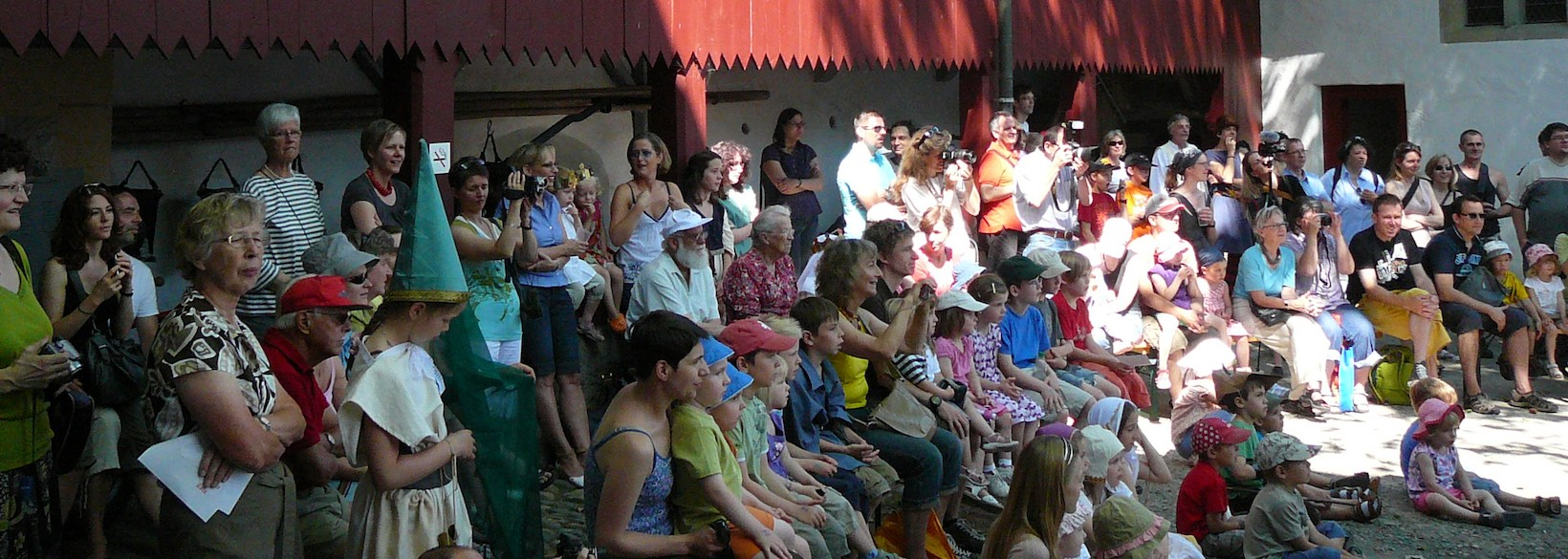 Publikum im Schlosshof